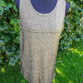 Masai lang top/tunika i str. M Sød og feminin i guld/sort med slids i siderne. Brystmål målt ærmegab/ærmegab uden at strække 51 cm eller ialt 102 cm ( kan fint strækkes min. 10-15 cm) Længde 75 cm