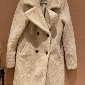 Smukkeste teddy jakke. Brugt 1 gang. Så flot til både kjole og jeans. Polyester  Længde fra skulderen og ned: 85 cm.   Giver gode mængderabatter 🌸