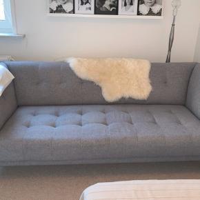 Flot 3 personers sofa i lys grå sælges!   • Posefjedre i sæder. • Nozagfjedre i sæderammen • Slidstærkt møbelstof. • Fantastisk siddekomfort • Moderne retro look • Mål i cm. L. 208 cm. D. 85 cm. H. 79 cm  Sofaen er 1,5 år gammel og købt i Daells Bolighus hvor den stadig forhandles.  Fra ikke-ryger hjem.  Nypris 4000,-  Kom gerne med et realistisk bud!  Skal afhentes i Kvissel, Frederikshavn.
