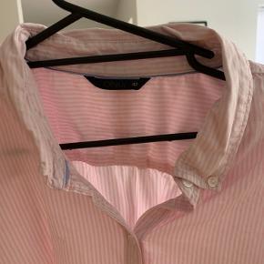 Mælkedrenge stribet skjorte i hvid og lyserød. Så flot pasform. Krave holdes fast med 2 knapper.  Ingen pletter mv.