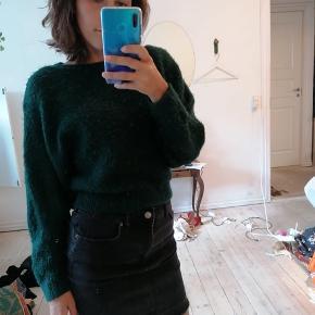 Lækker mørkegrøn blød strik fra Urban outfitter! God form, og perfekt til de sene sommeraftener