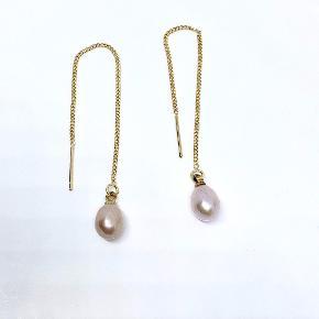 Super flotte øre kæder.  Kæden måler ca 10 cm ekskl perlen som måler ca 7 mm  Prisen er pr. par   Kan sendes for 10,- med Post Nord