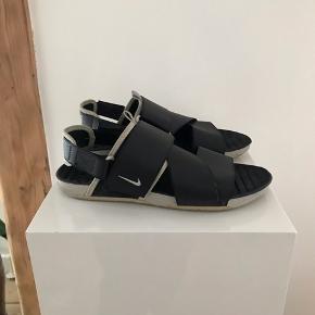 Nike sandal, som sidder fremragende på fødderne. Jeg erhvervede mig skoen sidste sommer, og har haft dem på ca.5 gange, da jeg senere fandt frem til, at jeg ikke er en såkaldt sandal-mand, på trods af tidens meget insisterende tendens.
