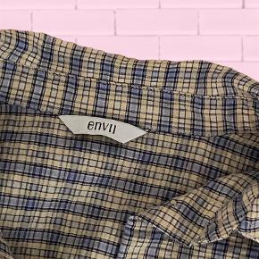 Virkelig flot skjorte fra envii, den er brugt én gang men fremstår som helt ny, sælger da den er for stor til mig. Der med følger et bælte man kan sætte i livet så man får sådan lidt kimono effekt:) Nb: prisen er uden fragt, fragt er 37,-