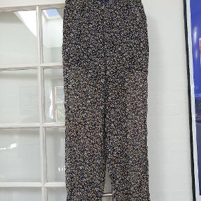 Fine Ganni bukser, de er købt for store og derfor kun brugt en gang. De er som helt nye.  Jeg plejer at være XS, så buksernes størrelse svarer nok S :-)   Kom med bud