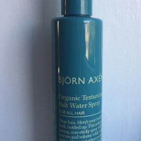 Björn Axén Organic Texturizing Salt Water Spray, er en økologisk saltvandspray der giver dig et mat strand look. Den giver masser af volume og tekstur, samt fremhæver krøller og naturlig bevægelse i håret. Indeholder økologiske og naturlige ingredienser, bl.a. økologisk havreekstrakt og nordiske sukkerroer der plejer håret så det bliver stærkt og smukt. Egner sig desuden også til den veganske livsstil!  Helt ny - ikke brugt