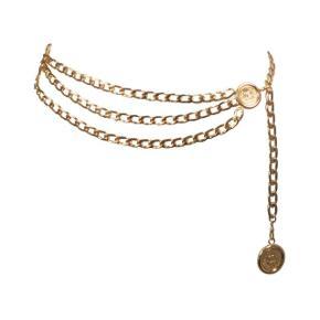 Vintage Chanel bælte i guld. Billede nr 1 er fundet på google, resterende 2 er af egen bælte. Kommer i en (lidt beskidt 😅) chanel pose, som nok kan vaskes. Er i god stand.  Seriøse bud modtages!
