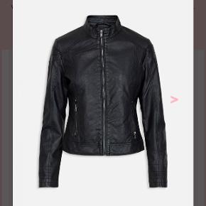 Læder jakke fra Sisters Point i str xs. Næsten ikke brugt.