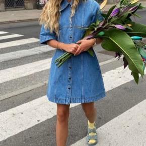 Den smukkeste kjole i en str M fås i butikkerne til 1.500kr. Byd endelig!