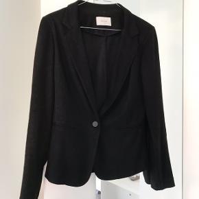 Sort Neo Noir blazer i blødt stof sælges. Skriv for billeder på