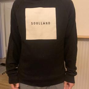 Sort Soulland hættetrøje med hvidt logo på forsiden.  Fitter str. m/l, cond: 8/10  Hvis du ønsker at købe flere af mine ting, giver jeg gerne rabat.