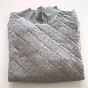 Lækker og blød bomulds trøje fra Soulland.  Brugt få gange.  Nypris 800,00.  Str M. Fitter en smule småt.
