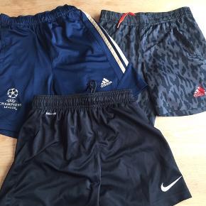 1 blå Adidas med guld striber og Champions League logo 1 par sorte Nike 1 par sorte/grå Adidas med orange logo  Alle str. 128