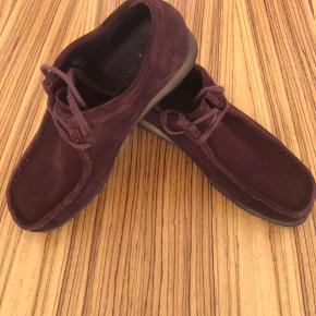 Lækker Wallabee sko i den eftertragtede bordeaux farve. Skoen fremtræder i pæn stand. Æske og kvittering haves ikke. Nypris kr. 1200,- købt hos Le Fix i Kbh.