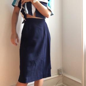 mørkeblå nederdel i str small, går til knæene. fejler intet
