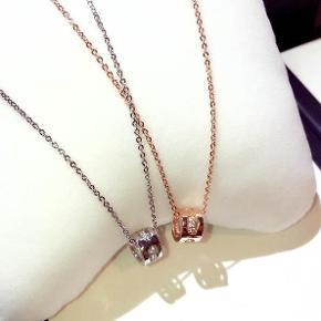 Farve: sølv  Materiale: sølv og krystaller  Str.: længde 40 cm;udvidet kædelængde 5 cm; Vedhæng: 1 cm  leveringstiden: 3-5 dage.