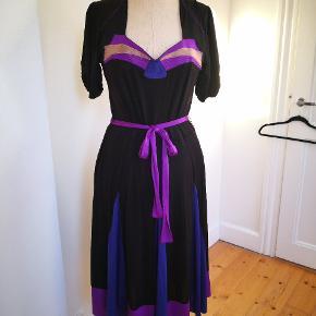 Så flot kjole, inspireret af Vintage styles fr Park Bravo. Str 42. Næsten ny, meget fleksibel model og stof.