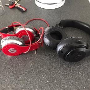 Jeg sælger 2 stk hovedtelefoner fra beats (se billede)  Den sorte: 2 år gammel og købt for 2700kr dengang. Lyden er stadig super god, men den sidder løs på den ene side, så hvis man kan lave denne, er det et godt køb. Selve ledningerne er ikke skadet overhovedet.   Den røde: 4 år gammel, men brugt i to år. lyden er god, men den er slidt  Kontakt på 23 23 57 59 hvis der er interesse.