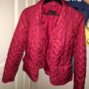 Rød kviltet jakke med sølv detaljer sælges. aldrig brugt. kan både bruges som let overgangsjakke eller til at have indenunder andre jakker her nu hvor det bliver koldere❄️☃️