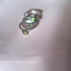 Svane & Lührs sølvringe med lemon topas, gul citrin og grøn peridot, meget fine farver. Jeg får indvendigt mål til 1,75 cm, hvilket svarer til en størrelse 55,7. Nypris er 295 pr stk., dvs. samlet 885kr. Fin stand.