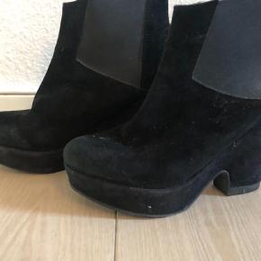 Kom med et bud og se også mine andre annoncer for andre støvler og gode tilbud  Andet Farve: Sort Oprindelig købspris: 1800 kr.