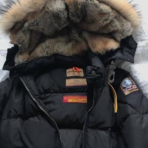Parajumpers Long Bear jakke i XS, sort.  Brugt meget få gange og er 2-3 år gammel, men har været for dårlig til at få den solgt og vil ikke sælge til mindre end 5000,- da den er i ny stand.   Har prismærke, og vist nok også en kvittering. Købspris: 7000,-   SE MINE ANDRE ANNONCER