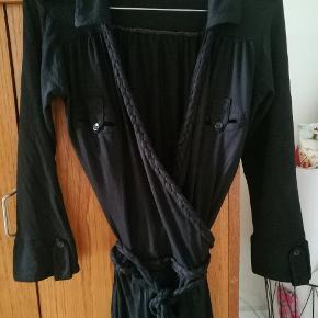 Fin slå-om-kjole med 3/4 ærmer. Den går lige til/over knæene. I jersey kvalitet.