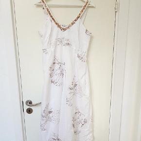 Hvid kjole med blomsterprint og pailletter. Lynlås i siden.
