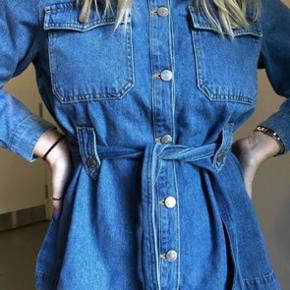 Cowboy skjorte/jakke med bindebånd - str 40, men lidt lille i str. Jeg har købt den så den sidder lidt løst  Brugt få gange