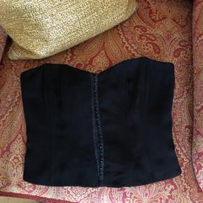 Smukt sort corsage super flot ud over en oversize hvid skjorte 👌🏼   Kan ikke længere passe den derfor ingen billeder af den på ☺️   ✨BYD✨