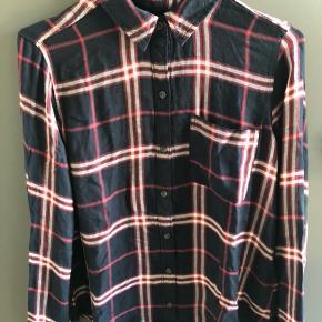 Sælger denne mega fede Abercrombie skjorte. Stoffet er meget blødt og den er længere bagpå en foran.