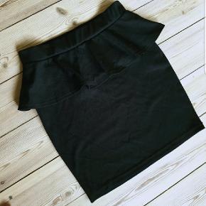 Sort peplum nederdel fra Only. Er tætsiddende og stretchy. Størrelse 34. Den er brugt én gang - standen er som ny. Sælges billigt da jeg prøver at rydde ud. Sælges for 30 kr.  Kan hentes på Amagerbro, vi kan mødes og handle, eller den kan sendes med posten.