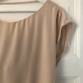 Meget fin beige/lys rosa kjole fra Patrizia Pepe. Aldrig brugt.   Størrelsen er en italiensk 46, men passer en M/L 😊  #30dayssellout