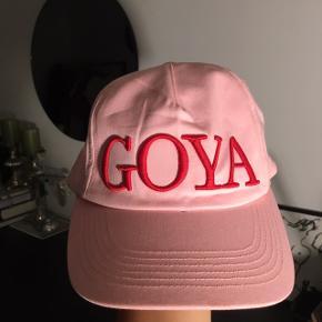 🌸 Lyserød Stine Goya cap med rød skrift fra SS19  🌸 Np var 500kr  🌸 Brugt to gange derfor brugstegn indeni