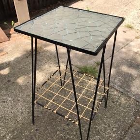 Skønt lille glasbord  Højde 54,5  Brede på bordpladen 28,7