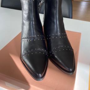 Super flotte støvler fra Copenhagen Shoes med guld detaljer.   Sælges da jeg desværre ikke får dem brugt - de er kun prøvet på, og stadig i original æske.   Køber betaler Porto og jeg handler kun igennem TS, så begge parter er sikret 😊