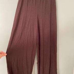 Flotte løse bukser fra COS i mørkebrun farve sælges! Er en str XS og har aldrig været brugt (dog uden prismærke, da det var faldet af da jeg købte dem). Sælges udelukkende fordi de er forkert str. nypris 650kr!