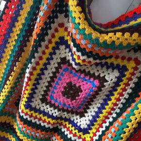 Farverigt kvadratisk tæppe 145 x 145 cm.  ▪️Velkommen i shoppen 🤩👗☘️ ▪️Bud er altid velkomne 🌹📸💰 ▪️Tager ikke billeder med tøjet på ‼️‼️ ▪️Sender udvalgte varer 📦🔍💌 ▪️Afhentning nær Nørrebro st. ☑️ ▪️Ingen byttehandler 🔁🌸🖖🏼🌼