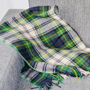 Retro plaid, i lækre grønne og gule tern. Ren uld fra skotland. Står som nyt. 90*120 cm.