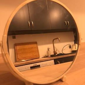 💚 Jeg giver mængderabat hvis du køber minimum 3 ting fra mig 💚  🌸 Makeup spejl i suveræn kvalitet.  🌸 Er købt i Magasin - december 2019 for kr. 250.- 🌸 Sælges KUN fordi jeg er flyttet i lille lejlighed og ikke har plads til at det kan stå fremme længere.  //trænger til en våd klud\\