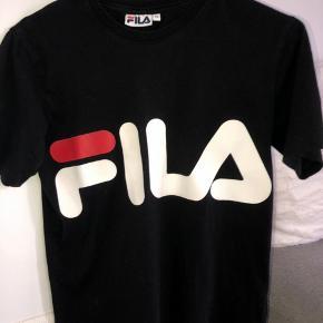 Sælger denne mega fede fila t-shirt i størrelse xs. Den er maks blevet brugt et par gange, og er derfor helt som ny. #30dayssellout