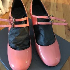 """Så fin spansk sko, ferskenfarve laksko.  liva6 (patent Siena) Brugt 2 gange. De er desværre for små.  Ny pris er. 1249,- æsken medfølger.  Hæl målet 7,5 cm. Skoen er """"made in Spain"""" OBS! Bemærk at der er en lille sort plet på den ene hæl, ca. mm"""