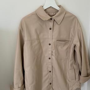 Jakke fra h&m i beige læderlook str. m 100% polyester Brugt 2 gange - aldrig vasket, kun luftet.
