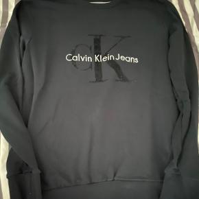 Sælger denne lækre sweatshirt fra Calvin Klein. Den er perfekt til det kommende vejr. Den er brugt få gange og fejler ingenting overhovedet.