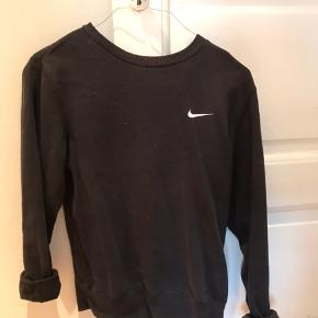 Fed Nike Sweatshirt. Str M, men er S og den sidder fint på mig.