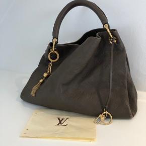 Brun artsy taske fra LV i brunt skind (Ikke kanvas). Der medfølger ekstra charm/nøglering.  Der er slid i kanterne samt bunden som ses på billederne.  Kvittering haves  Nypris taske: ca. 15000,- Nypris charm/ nøglering ca. 2100,-