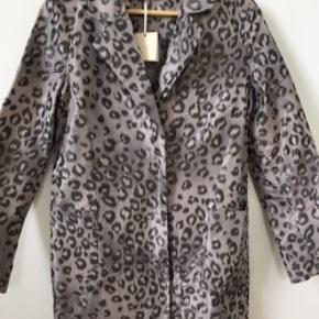 Ny jakke/kort frakke i vandafvisende stof fra Heartmade. Stoffet er med dyreprint i farverne, beige, grå, brun, sand  Passer str 36/s