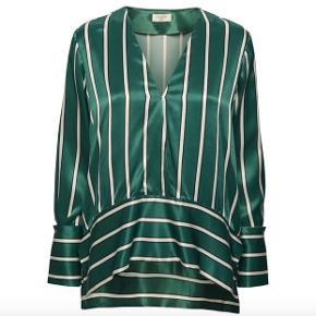 Super smuk skjorte/bluse fra Norr.  Grøn med sort/hvide striber. Blusen er lidt længere bagtil. Kun brugt 2 gange, og sælges da jeg desværre ikke rigtig kan vænne mig til at gå med grønt selv om jeg synes den er super flot.  100% viskose