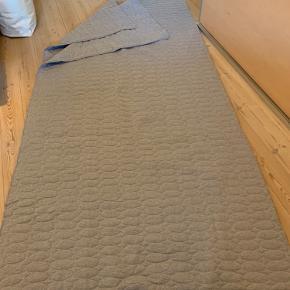 Lækkert stort og vatteret sengetæppe sælges. Det måler 260x260 cm. Sender helst ikke.