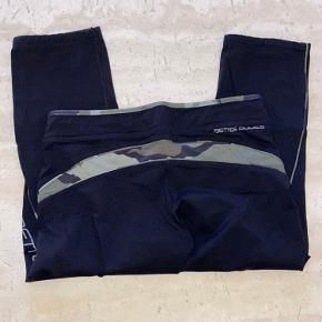 Fede 3/4 tights (capri) tights fra Better bodies i str medium sælges. Der er silikone kant i benene så de ikke glider op.  De er pæne efter alm brug 😊  Nypris 550,-